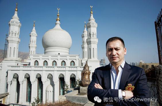 """我叫夏依东・买买提,我从新疆来,维吾尔族,今年42岁。我是北京丽贝亚建筑装饰工程有限公司设计研究院伊斯兰建筑文化研究部主任、创意总监。1996年从新疆艺术学院油画专业毕业进入新疆木卡姆艺术团工作,1998年到上海进修了两年舞台美术,我本想在新疆做建筑设计工作,没想过了十年也没什么发展。2008年五彩传说公司请我去给舞台剧""""五彩喀什葛尔""""做舞台设计,演出很成功,我也借此在北京找到了一个工作平台留了下来。之后几年间我担任了浙江义乌和海南三亚的大清真寺的室内外总设计,我背后的这座青海西宁南关清真寺就是我负责总设计的作品之一。来北京6年了,现在我觉得我已经找到了自己的空间。今年我开始负责还原13世纪的喀什葛尔原貌的设计项目,把这个项目做好成了我新的目标和梦想。"""