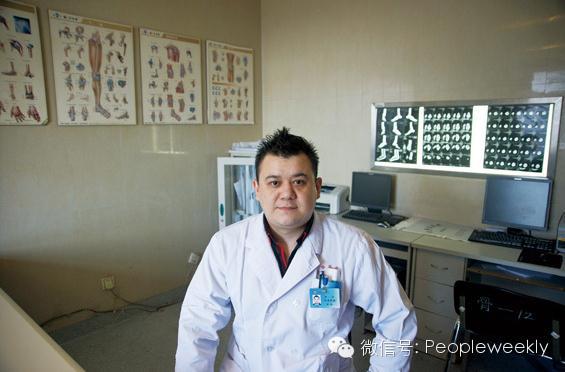 我叫肖吾开提・热皮克,我从新疆来,塔塔尔族,今年30岁。我做医生7年了,2012年到中国武警总医院骨科做住院医师,2013年还被评为年度优秀医师。以前在乌鲁木齐的时候组过乐队,在酒吧唱歌,现在到了北京,就偶尔周末去后海31酒吧,跟这边乐队的朋友们一起切磋,这是我的业余爱好,也是我和朋友们一起休闲娱乐的方式。今年6月份我和我太太将迎来我们的宝宝,我希望我太太可以顺利生产,我们的宝宝可以平安健康地出生。
