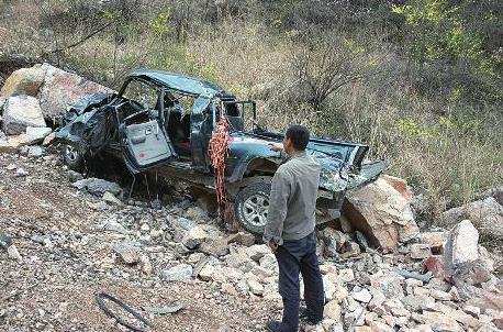 载着约千斤重石碑的皮卡车翻下悬崖后严重变形本报记者田德政摄