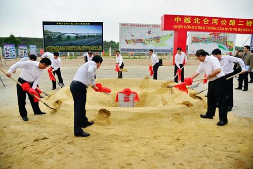 4月1日,在广西东兴市,中越北仑河二桥开工建设