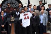 图文:奥巴马接见波士顿红袜队 总统展示球衣