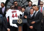 图文:奥巴马接见波士顿红袜队 获赠44号球衣
