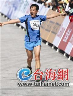 厦门大学体育教学部副教授黄力生参加马拉松比赛