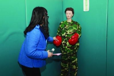 心理干预室内有模特供服刑者发泄。