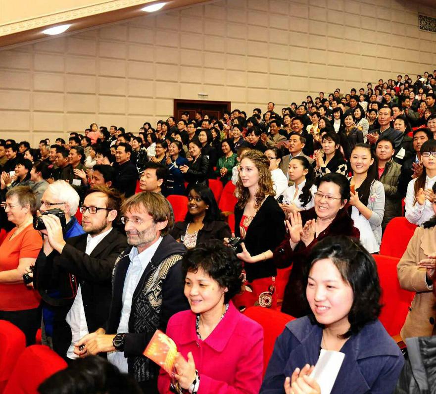 观看_金正恩观看朝鲜牡丹峰乐团演出 观众高呼\