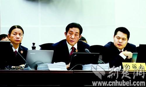 图为:公诉人在讯问被告人。本报报道组 摄