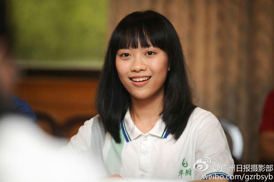 高清:广州美女学霸被11所名校录取 笑容甜美组
