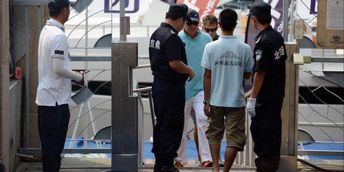 保安们在核对来宾的身