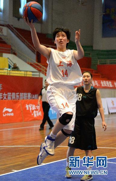 4月2日,上海队球员范乃元(前)在比赛中上篮。当日,2014年全国青年女篮俱乐部联赛A组第二轮预赛在江西省南昌县体育馆展开。上海队以53比57不敌江苏队。 新华社发(陈子夏摄)