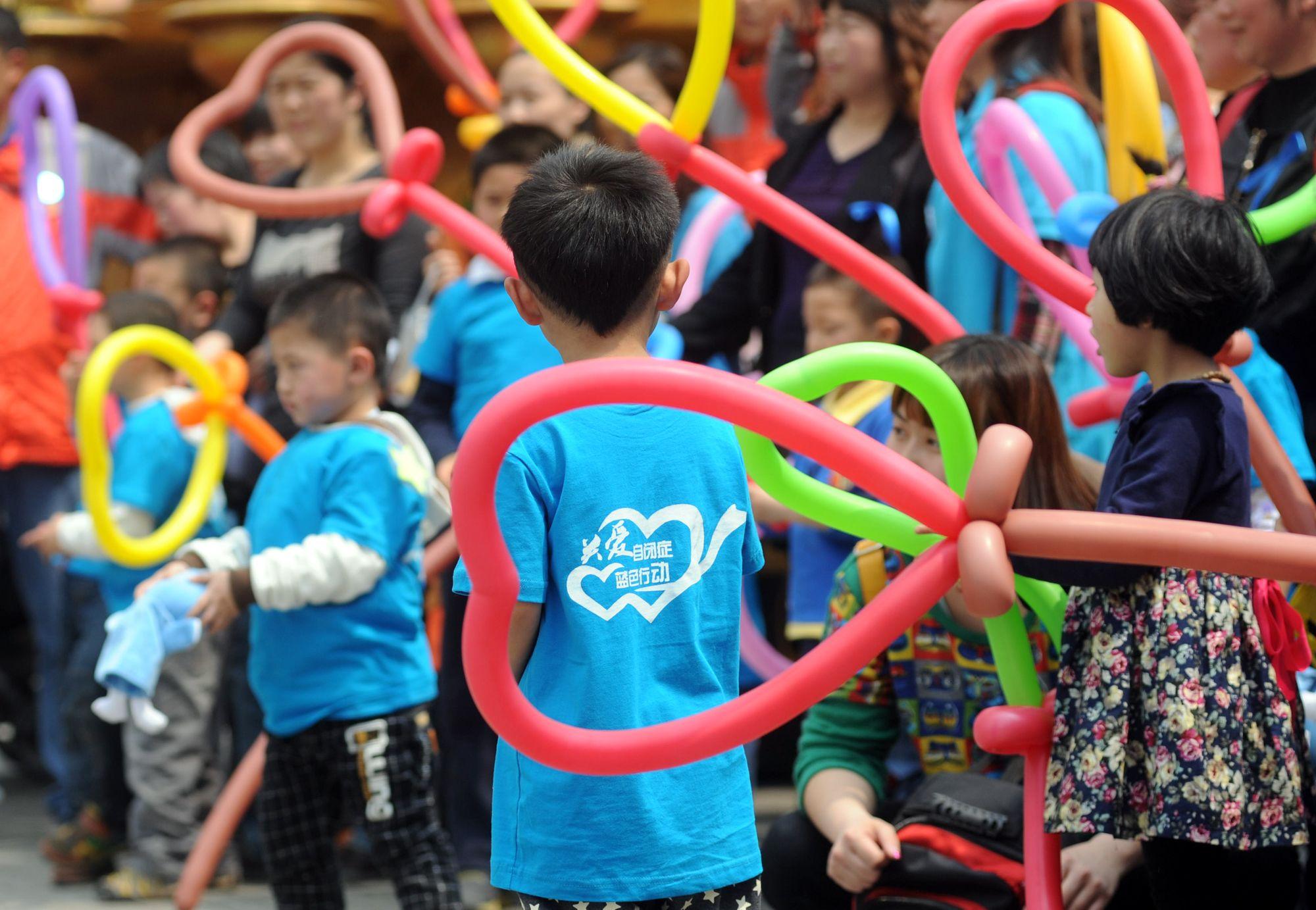 """成都华侨城开展关爱自闭症儿童""""蓝色行动"""""""