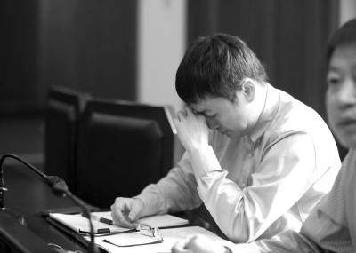 被告在法庭上一度悲伤抹眼泪。京华时报记者蒲东峰摄