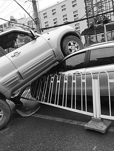 """本报讯(记者杨京)昨天下午,武昌八一路发生一起车祸:一辆越野车冲过对向车道后""""骑""""上另一辆车。虽然双方车损并不严重,但对于此等场面,不少群众都啧啧称奇。"""