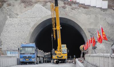 发生坍塌事故的隧道.新华社发-珲春高铁隧道坍塌 12人被困