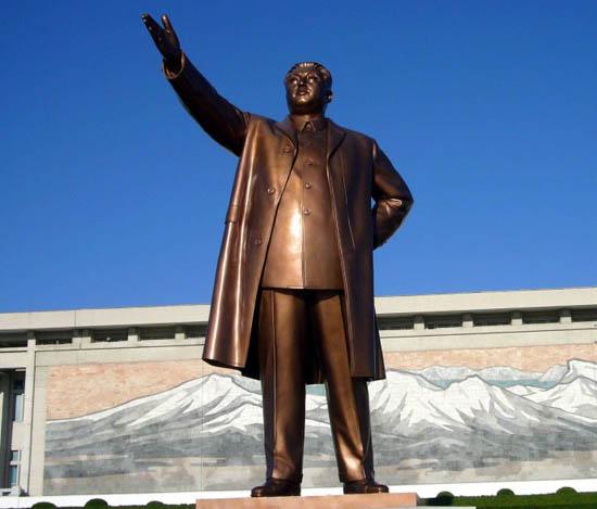 金正恩出席在金日成铜像教育广场上举行的誓师大会。资料图:金日成铜像。