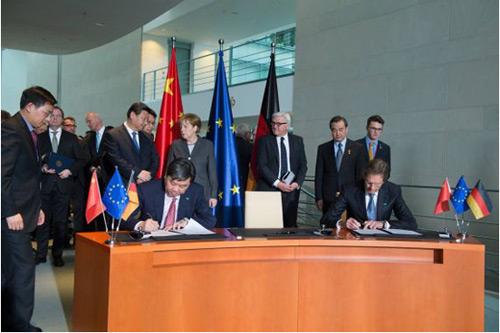 3月29日,习主席见证下,大众汽车与上汽、一汽在柏林签署联合声明。图为大众中国CEO海兹曼与上汽集团总裁陈虹在签约。