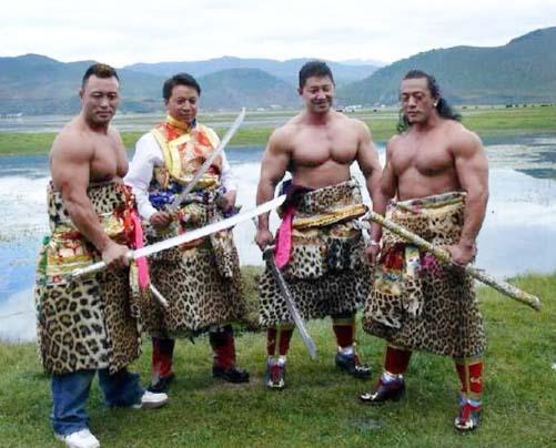 卡卓(左二)和佩戴卡卓刀的藏族勇士