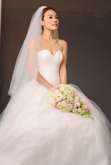 """近日,容祖儿(Joey)穿婚纱拍摄护肤品广告。她大感兴奋:""""这是我首次披嫁衣拍摄广告,兴奋又紧张。""""广告拍摄当日容祖儿以一身著名品牌Vera Wang婚纱形象,尽显性感时尚一面。"""