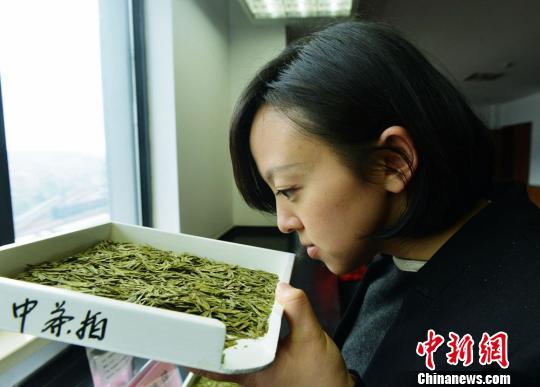 图为民众在闻西湖龙井茶的香味。 龙巍 摄