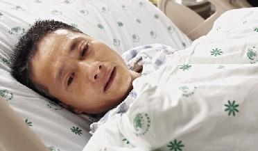 手术后,父亲方守林每每醒来,就会盯着邻床的儿子,目不转睛。