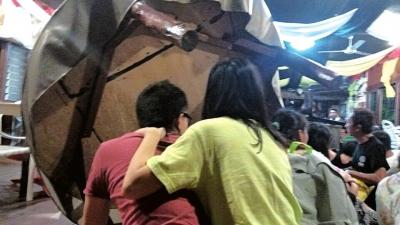 劫持发生后,游客躲在桌子后面。图/CFP