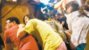 中国 马来西亚/游客听见枪声后立即躲在桌子后面。图/新华
