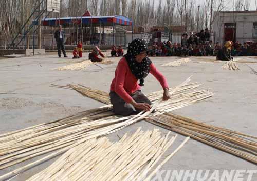 利用该村芦苇资源丰富的独特优势,增加芦苇编制产品的种类,铺就农牧民