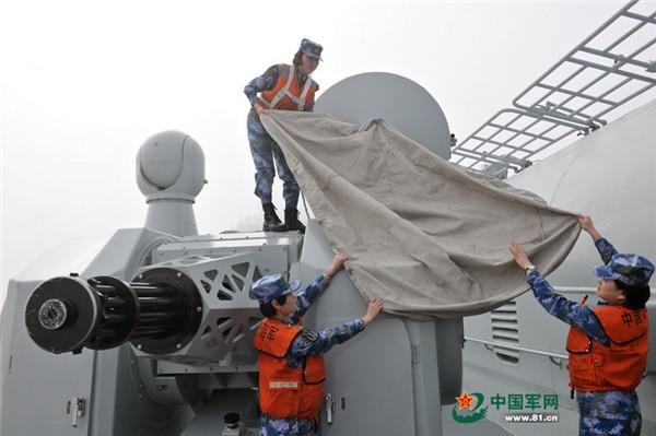 资料图:女舰员在维护航母武器装备。本网通讯员 王松岐 摄
