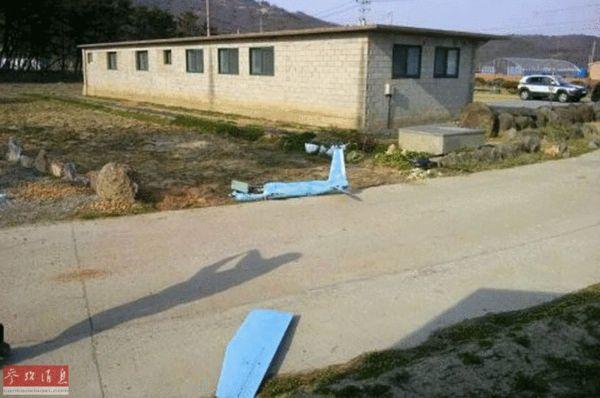 """原文配图:4月1日,在韩国白翎岛,拍摄到坠毁的无人机残骸。据报道,这架无人机是在朝韩在""""北方界线""""互射炮弹的同一天发现的。韩国政府消息人士当天透露,3月31日下午4时许,韩国军方在韩国西部海域的白翎岛上发现一架坠毁的无人机。韩国军方表示,该无人机国籍不明,已对此展开调查。"""