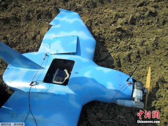 原文配图:当地时间2014年4月1日报道,一架不明国籍无人机于3月31日在韩国西部海域的白翎岛坠毁。据青瓦台国家安全室透露,已经接到初步调查报告,虽然尚未获得最终结果,但初步认为无人机来自朝鲜。
