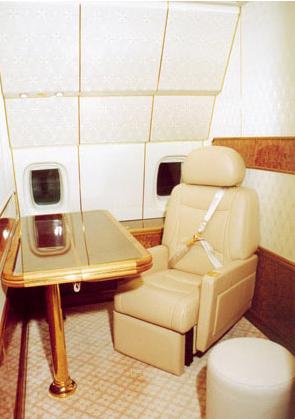 """这架""""伊尔-96""""的造价为3亿美元,长55米,重230吨,可以在不加油的情况下连续飞行1.4万公里。总统专机上一般配有2名驾驶员和1名指挥员,上还有5男5女共10名服务人员。"""