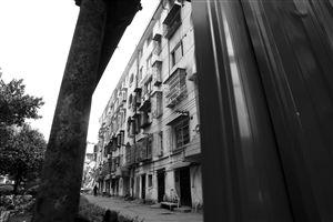 昨日,奉化市大成路居敬小区,房子周围拦起了护板,禁止外人入内