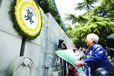 """幸存者和遇难者遗属昨在纪念馆""""哭墙""""前献花。"""