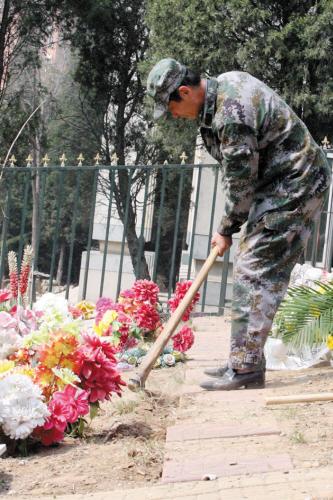 在这个方圆两亩地的烈士陵园里,老唐的身影一直都在。