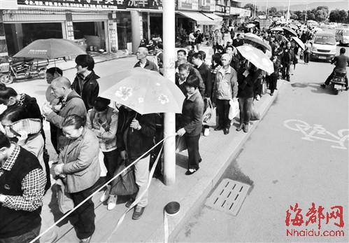 去妙峰山陵园的市民在上下店路统一乘坐大巴前往,缓解了交通拥堵