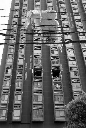 5楼一住户家爆炸,被子飞到楼外的电线上