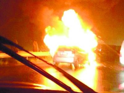 4月6日晚上7点多,一辆小车在长张高速长益段发生自燃。(网友供图)