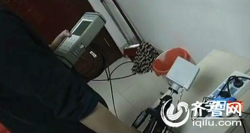 工程师现场对电器辐射进行检测