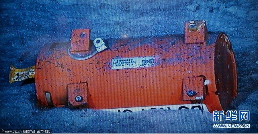 深海搜索队在海底拍摄的法航失事客机黑匣子。