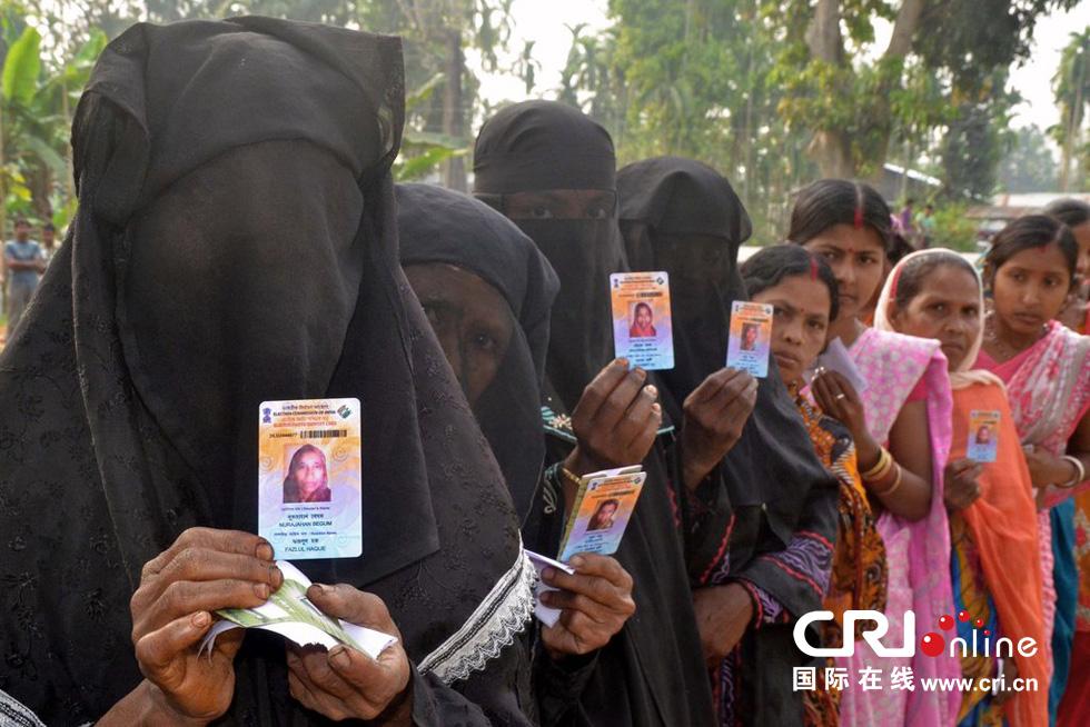当地时间2014年4月7日,印度阿萨姆邦Dibrugarh,选民排队参加大选第一轮投票。