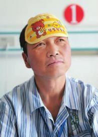 吉林人郎洪光在病房内回忆被困时的情景(4月6日摄) 本报记者 阚旋 摄