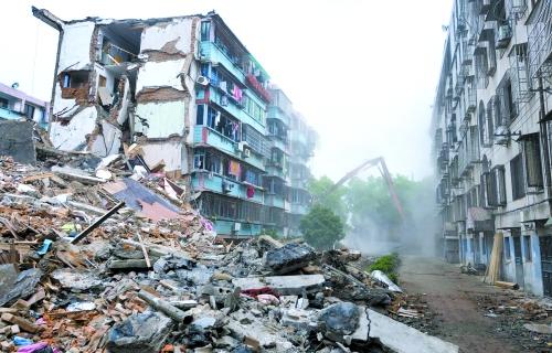 4月7日上午,奉化居敬小区倒塌的29幢楼开拆