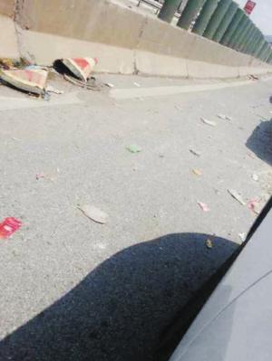 小商贩穿梭在高速路上叫卖方便面,瓜子,矿泉水等食品,而驾乘人员则有图片