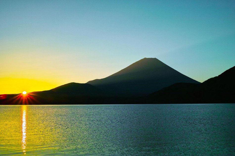 日本摄影师木村春充(kimura harumitu)多年来拍摄的富士山照片.
