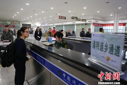 """清明假期结束""""两马""""航线迎来返程客流高峰。 王芝惟 摄"""