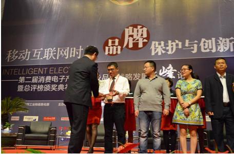 国家商标局原副巡视员、中华商标协会张国鹏副秘书长为德赛西威颁发奖牌