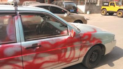 出租车被喷上了红色的油漆。