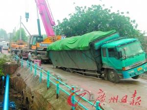 沉重的货车将桥面压穿了一大洞,轮子卡在了洞中动弹不得。