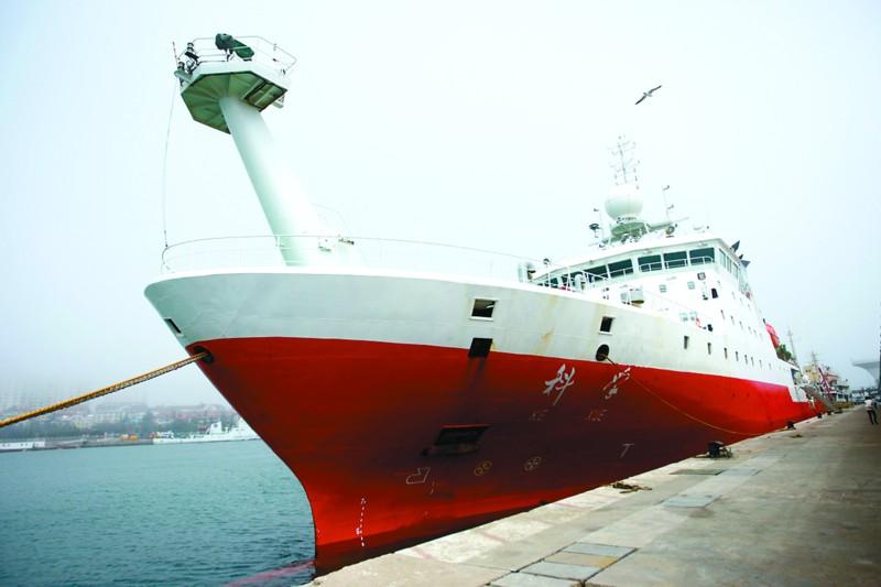 晚报讯   昨日下午,国家重大科技基础设施科学号海洋科学考察船从青岛中苑码头起航,开始了自己的首次科考航次。据中国科学院海洋研究所所长孙松介绍,作为目前国内最先进的科考船,此次科学号将赴西太平洋冲绳海槽区域,执行中国科学院热带西太平洋海洋系统物质能量交换及其影响战略性先导科技专项,在为期40天的科考处女秀中,科学号搭载的深海机器人,将首次进入海底黑烟囱热液区,对那里独特的生物进行取样和分析。   热液区就相当于海底漏了,地热顺着口冒出来,一起冒出来的地下硫化物、甲烷等物质,与海