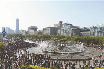 4月5日,在济南市泉城广场,大型音乐喷泉表演吸引了众多游客驻足欣赏。