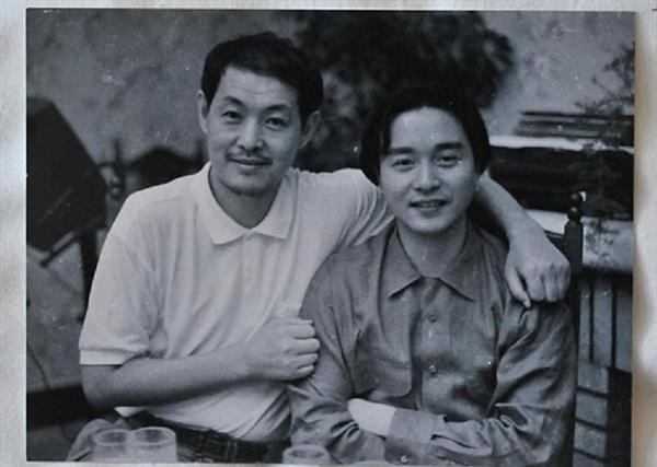 芦苇当年与张国荣在《霸王别姬》片场合影留念